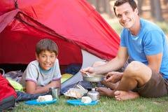 Desayuno de And Son Cooking del padre en acampada foto de archivo libre de regalías