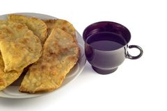 Desayuno de una taza de café y de pasteles asados un plato de la cocina caucásica del norte fotografía de archivo libre de regalías