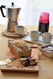 Desayuno del café y del mollete en la tabla Foto de archivo
