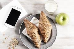Desayuno del Croissant con el atasco Foto de archivo libre de regalías