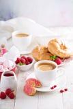 Desayuno del día de tarjetas del día de San Valentín con los cruasanes fotografía de archivo libre de regalías