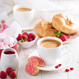 Desayuno del día de tarjetas del día de San Valentín con los cruasanes imagen de archivo libre de regalías
