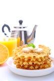 Desayuno del fin de semana: galletas con el plátano adornado con la menta Foto de archivo