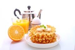 Desayuno del fin de semana: galletas con el plátano adornado con la menta Imagen de archivo libre de regalías