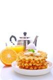 Desayuno del fin de semana: galletas con el plátano adornado con la menta Fotografía de archivo libre de regalías