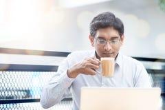 Desayuno del hombre en al aire libre Imagen de archivo libre de regalías