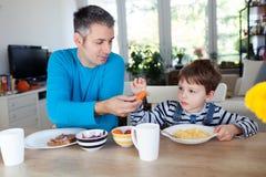 Desayuno del padre y del hijo Foto de archivo