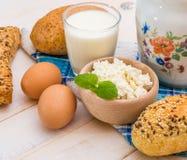 Desayuno del queso, de la leche, del pan y de los huevos Fotografía de archivo
