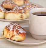 Desayuno del rollo de canela Imagenes de archivo