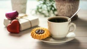 Desayuno del ` s de la tarjeta del día de San Valentín del St con café y galletas Imagenes de archivo