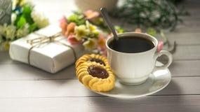 Desayuno del ` s de la tarjeta del día de San Valentín del St con café y galletas Fotografía de archivo