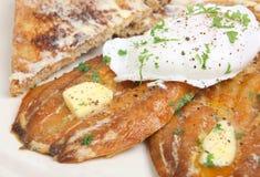Desayuno del salmón curado y del huevo escalfado Fotografía de archivo
