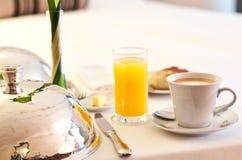Desayuno del servicio de habitación Imágenes de archivo libres de regalías