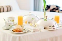 Desayuno del servicio de habitación Fotos de archivo
