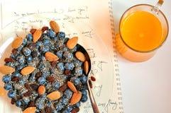 Desayuno del vegano con las bayas y el zumo de naranja Imagen de archivo