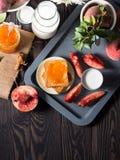 Desayuno del verano con la fruta y las tostadas Fotos de archivo