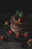 Desayuno del verano con las crepes, fresas, zarzamoras en ol Imagen de archivo
