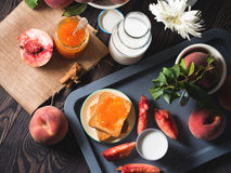Desayuno del verano con los melocotones, el atasco y las tostadas Imagen de archivo libre de regalías