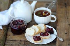 Desayuno delicioso con té y atasco en la tabla Fotografía de archivo