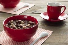 Desayuno delicioso de las bolas del cereal del chocolate y café en un Cu Fotografía de archivo