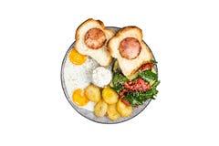 Desayuno delicioso grande con los huevos fritos, las patatas fritas, la ensalada fresca, el jamón del pollo en el pan y la salsa  imagen de archivo libre de regalías