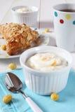 Desayuno delicioso: yogur, bollo y té Fotos de archivo