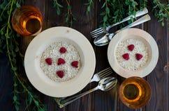 Desayuno dietético de la harina de avena con las frambuesas fotografía de archivo