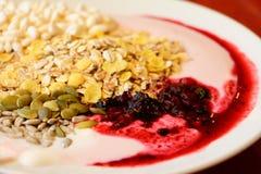 Desayuno dietético de la harina de avena y del yogur Fotos de archivo