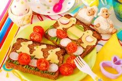 Desayuno divertido de pascua para el niño Imagen de archivo libre de regalías