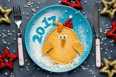 Desayuno divertido para los niños - la crepe formó el gallo del gallo, pollo Fotografía de archivo libre de regalías