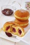Desayuno dulce: anillos de espuma con el atasco de frambuesa Imagen de archivo libre de regalías
