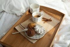 Desayuno dulce en cama con café Fotos de archivo libres de regalías