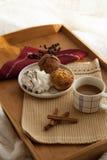Desayuno dulce en cama con café Fotografía de archivo