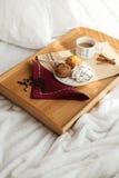 Desayuno dulce en cama con café Fotografía de archivo libre de regalías