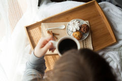 Desayuno dulce en cama con café Imagen de archivo libre de regalías