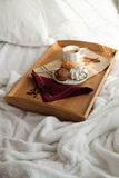 Desayuno dulce en cama con café Imágenes de archivo libres de regalías
