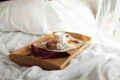 Desayuno dulce en cama con café Foto de archivo libre de regalías