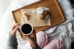 Desayuno dulce en cama con café Imagen de archivo