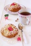 Desayuno dulce en rosa: Bollos franceses y una taza de té Imagenes de archivo