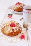 Desayuno dulce en rosa: Bollos franceses y una taza de té Fotografía de archivo libre de regalías