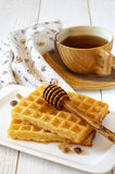 Desayuno dulce: Galletas belgas, té y miel Imagen de archivo libre de regalías