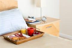 Desayuno en bandeja de la cama en cama al lado de la mesita de noche foto de archivo imagen - Bandeja desayuno cama ...