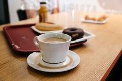 Desayuno en café del aeropuerto Imágenes de archivo libres de regalías
