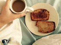 Desayuno en cama fotografía de archivo