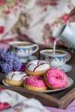Desayuno en cama con café y anillos de espuma Fotografía de archivo