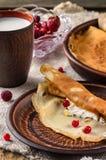 Desayuno en cerámica con las crepes imagenes de archivo