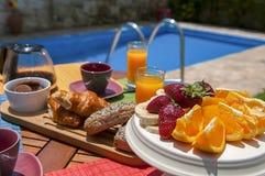 Desayuno en el lado de la piscina fotografía de archivo libre de regalías