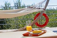 Desayuno en el poolside durante d?as de fiesta foto de archivo libre de regalías