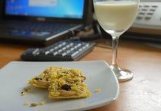 Desayuno en el trabajo Foto de archivo libre de regalías