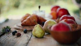 Desayuno en el vector Cruasanes y frutas almacen de video